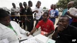 Daktari anachukua damu kupima ikiwa kuna virusi vya HIV huko Lagos Nigeria