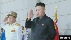 북한에서 25일 인민군 창건 81주년을 맞아 벌어진 열병식을. 김정은 국방위 제1위원장(오른쪽) 지켜보고 있다. 북한 TV 보도 화면.