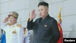 Le leader nord-coréen Kim Jong-Un (à dr.)