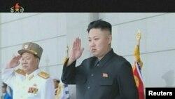 북한 김정은 국방위 제1위원장(오른쪽)의 지난 4월 인민군 창건 81주년 열병식 참석 소식을 보도한 북한 조선중앙TV 화면.