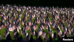 加州一個校園紀念 9-11 事件, 展示了 2977 支美國旗, 悼念 2011 年 9 月 11 日恐怖襲擊中的死難者。
