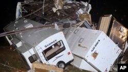 阿肯色州的的一部旅遊悠閒車星期日遭龍捲風襲擊翻到。
