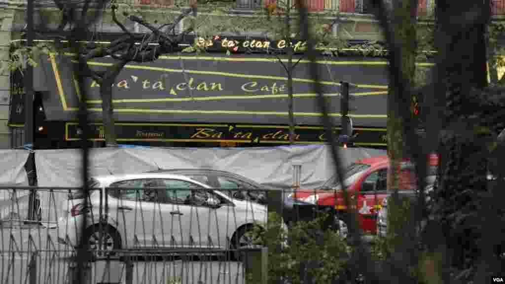 Bagian depan kafe dan gedung konser Bataclan sehari setelah serangkaian serangan maut di Paris (14/11).