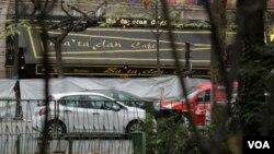 Paris'teki eşgüdümlü saldırılarda en çok kaybın yaşandığı Bataclan Cafe'nin girişi, soruşturmayı yürüten polis tarafından perdelenmiş durumda.