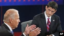 ຮອງປະທານາທິບໍດີສະຫະລັດ ທ່ານ Joe Biden (ຊ້າຍ) ແລະຜູ້ສະມັກເປັນຮອງປະທານາທິບໍດີ ຂອງພັກຣີພັບບລີກັນ ສະມາຊິກສະພາຕໍ່າ Paul Ryan ຈາກລັດວິສຄອນຊິນ ພວມໂຕ້ວາທີກັນ ທີ່ເມືອງ Danville ລັດ Kentucky (11 ຕຸລາ 2012)