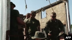美国海军陆战队员在海地准备发放即食食品