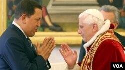 Chávez y Benedicto se encontraron en 2006. Ahora el mandatario venezolano está en lista negra de libertad de religión.