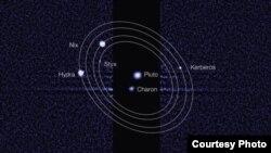"""Aunque lo orbitan cinco lunas, el planeta """"enano"""" solo tiene de diámetro 2 mil 300 kilómetros."""
