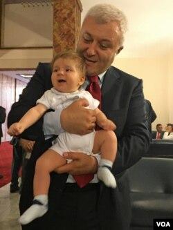 Kulislerde aileler heyecanlı iken günün en minik ziyaretçilerinden birisi CHP'li Tuncay Özkan'ın minik bebeği Güneş oldu.