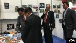 Wapres Jusuf Kalla mengunjungi stan Industri Nuklir Indonesia (INUKI) di KTT Industri Nuklir di Washington DC (VOA/Vina).