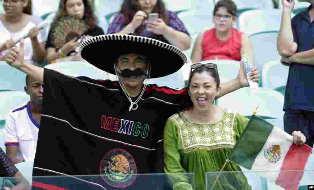 شائقین اپنے اپنے ممالک کے کھلاڑیوں کی حوصلہ افزائی کر رہے ہیں۔