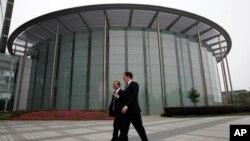 英國財政大臣喬治‧奧斯本與華為公司CEO和創始人任正非在深圳參觀華為總部會晤之前一道走過一座會議廳。(2013年10月16日資料照片)