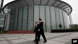 중국을 방문중인 조지 오스본 영국 재무장관(오른쪽)은 17일 '화웨이'사를 방문해 공동창업자 렌젱페이와 대화하고 있다.