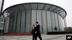 英國財相奧斯本與華為公司創辦人任正非10月16日在深圳參觀華為總部。(資料圖片)