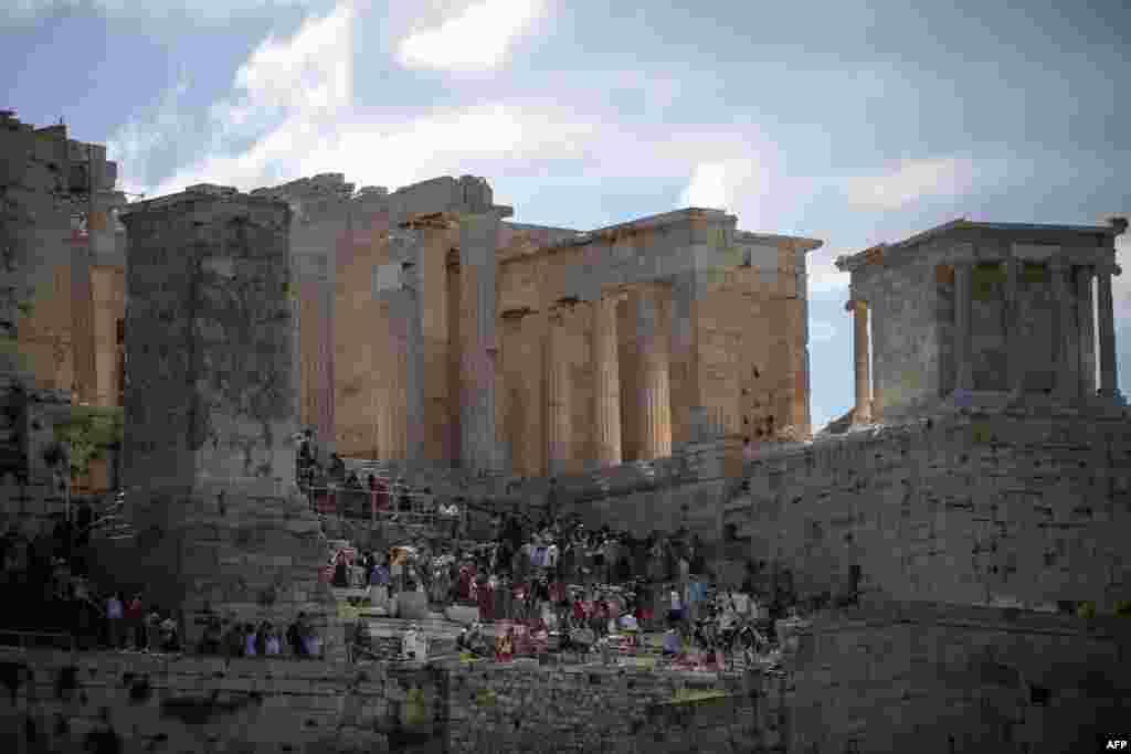 معبد پارتنون که بر فراز تپه های باستانی آکروپلیس ساخته شده از برترین جاذبه های گردشگری یونان به شمار می آید.