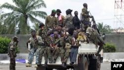 Lực lượng trung thành với ông Ouattara chạy ngang qua một chốt kiểm soát tại con đường chính dẫn tới Abidjan, ngày 7/4/2011