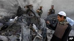Seorang warga Afghanistan memeriksa bekas bom bunuh diri di dekat bandara Jalalabad, Afghanistan (15/4). Pihak berwenang Afghanistan baru-baru ini menangkap lima militan pembawa 10 ton bahan peledak yang disembunyikan di bawah tumpukan kentang.