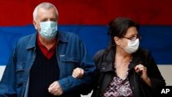 Par nosi maske u sklopu mera protiv širenja koronavirusa, u centru Beograda, Srbija, 19. oktobra 2020. (Foto: AP/Darko Vojinović)