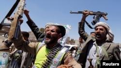 2014年9月21日也门什叶派胡塞反叛力量挥舞武器