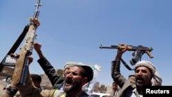 Sana'da silahlarını sallayan Şii isyancılar