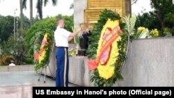 Tùy viên Quân sự Mỹ ở Hà Nội đặt vòng hoa tại Đài tưởng niệm anh hùng liệt sĩ Bắc Sơn, 27/7/2020