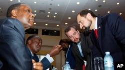 Abahoze ari ba Perezida mu Burundi, Buyoya, na Ntiibantunganya bavugana na Thomas Perriello. Tariki ya 28/12/2015 Entebbe muri Uganda