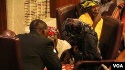 """Amina Ali, première """"rescapée de Chibok"""" à la villa présidentielle à Abuja, au Nigeria, le 19 mai 2016. (C. Stein / VOA)"""