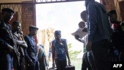 Wafanyakazi wa tume ya huru ya uchaguzi wakishusha vifaa vya kupigia kura, huku vyombo vya usalama vikiimarisha ulinzi huko Bukavu, Disemba 28, 2018.