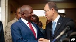 Le président Pierre Nkurunziza du Burundi, à gauche, et le secrétaire général de l'ONU, Ban Ki-moon, à droite, se serrent la main lors d'une conférence de presse conjointe à Bujumbura, Burundi, 23 février 2016.
