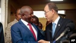 Le président burundais Pierre Nkurunziza et le secrétaire général de l'ONU, Ban Ki moon, Bujumbura, le 23 février 2016