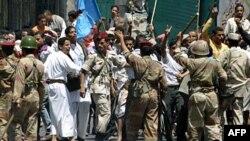 Binh sĩ chặn những người ủng hộ Tổng thống Yemen Ali Abdullah Saleh trong vụ đụng độ với người biểu tình chống chính phủ tại Taiz, 22/4/2011