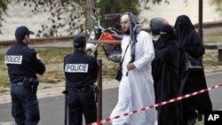 在欧洲的一些穆斯林因为包着头巾而被警察检查(2011年11月21号资料照)