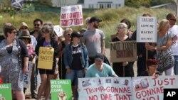 Manifestantes protestan en Escocia contra la visita del presidente de EE.UU., Donald Trump. Están en un playa cercana al Club de Golf Turnberry, propiedad del líder estadounidense. Julio 14 de 2018. Un activista en parapente que voló con un letrero cerca del campo de golf fue arrestado, informó la policía escocesa.