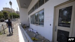 Đại sứ quán Mỹ bị hư hỏng sau khi bị những người Syria trung thành với Tổng thống Assad tấn công ở Damascus, Syria, 11/7/2011