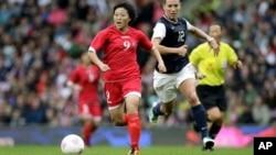 31일 영국 맨체스터에서 벌어진 올림픽 여자 축구 G조 미국과 북한의 경기에서, 북한 최미경 선수가 미국 로렌 체니 선수를 피해 드리블하고 있다. 미국이 1 대 0으로 승리했다.