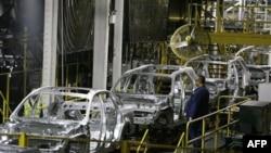 Сборочный конвейер автомобилестроительной корпорации Форд (архивное фото)