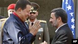 查韋斯(左)與艾哈邁迪內賈德(右)。