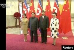 중국을 방문한 김정은 북한 국무위원장 부부와 시진핑 중국 국가주석 부부가 함께 기념촬영을 하는 모습을 28일 중국 관영 CCTV가 보도했다.