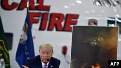 Presiden AS Donald Trump dalam pengarahan mengenai kebakaran hutan dengan pemerintah federal dan pejabat dinas gawat darurat di Bandara Sacramento McClellan, di McClellan Park, California, 14 September 2020. (Foto: AFP)