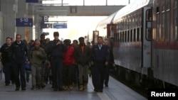 13일 난민들이 뮌헨 기차역을 통해 독일로 들어오고 있다.