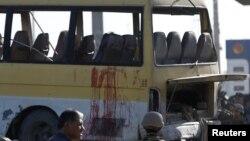 Fuerzas de seguridad afganas inspeccionaron las manchas de sangre en el minibús que fue impactado por un atacante suicida en Kabul, Afganistán, el lunes, 20 de junio de 2016.