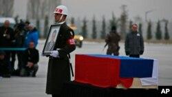 جسد آندری کارلوف پس از برگزاری مراسمی ویژه در فرودگاه آنکارا، عصر سه شنبه به روسیه منتقل شد.