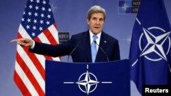 존 케리 미 국무장관이 6일 벨기에 브뤼셀에서 진행된 북대서양조약기구(나토) 외무장관 회담 직후 기자회견을 통해 발언하고 있다.