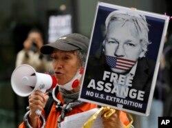 Pendukung Julian Assange dalam aksi protes di luar pengadilan kriminal di Old Bailey di London, Senin, 7 September 2020.