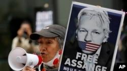 Para pendukung Julian Assange, pendiri WikiLeaks, berdemo di luar gedung pengadilan Old Bailey, di London, 7 September 2020. (Foto: AP)