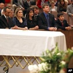 枪击事件受害女童的家人和群众在她的葬礼上