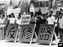 中苏分裂后,中共抨击苏共是修正主义。文革初期,红卫兵把苏联使馆所在的街道改名为反修路。(1966年8月)