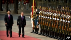 中国主席习近平和俄罗斯总统普京在北京人民大会堂检阅仪仗队(2016年6月25日)