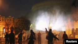 2月1日,抗议者在开罗总统府外向安全部队投掷石块