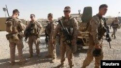 지난 7월 아프가니스탄 헬만드 지역에 파견된 미군 해병대원들이 현지 병력 훈련 지원을 준비하고 있다. (자료사진)